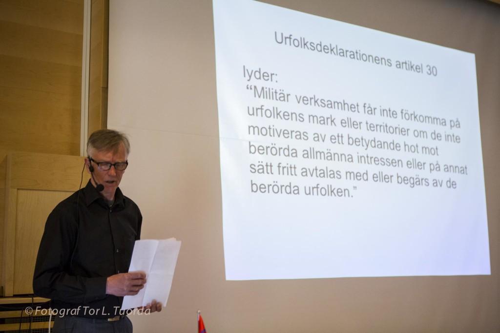 Lars Ture visar vad FN:s urfolksdeklaration säger om att bedriva militärövningar på urfolkets territorium. Sverige har inte ratificerat deklarationen, vilket möjliggör fortsatta vapentester över bland annat Pärlälvens naturreservat.