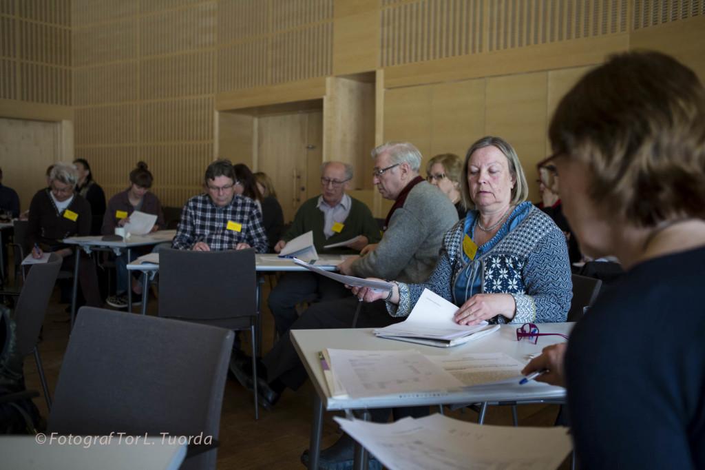 Söndagen ägnades framför allt åt mer formella stämmorförhandlingar. Jokkmokks ombud Gun-Marie Engfors bläddrar i handlingarna.