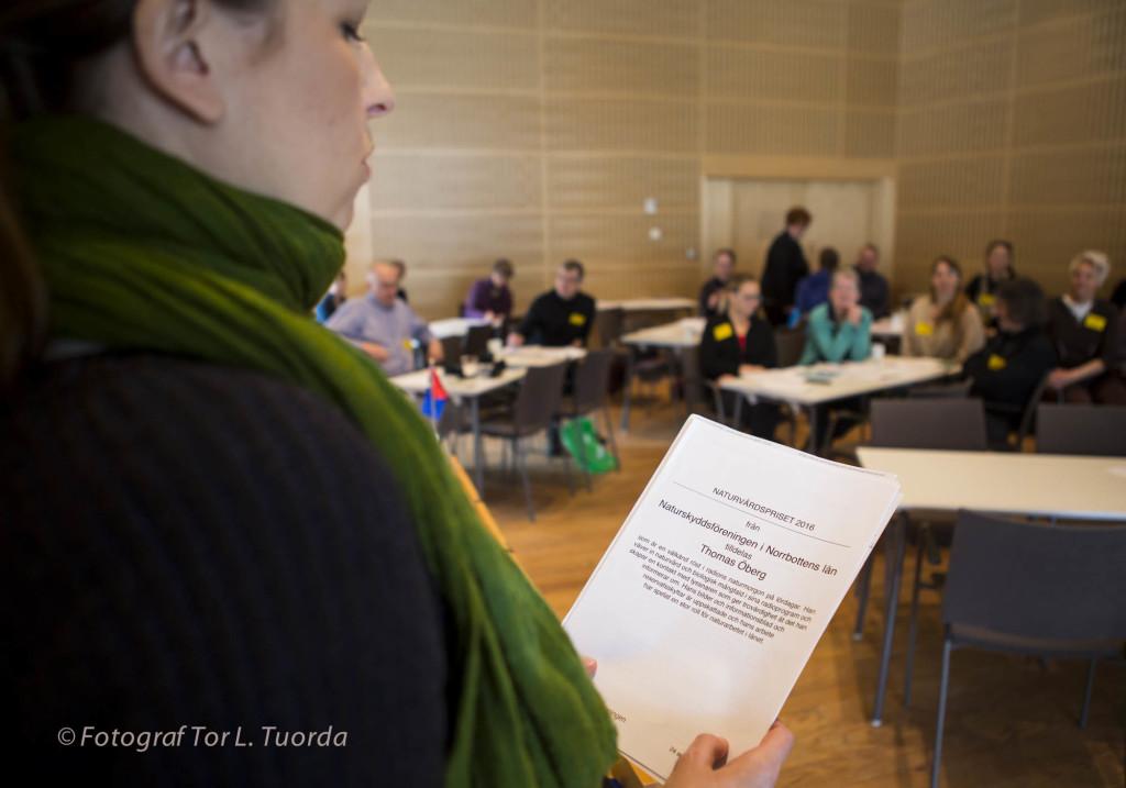 Isabella med motiveringen för NSF:s naturvårdspris...